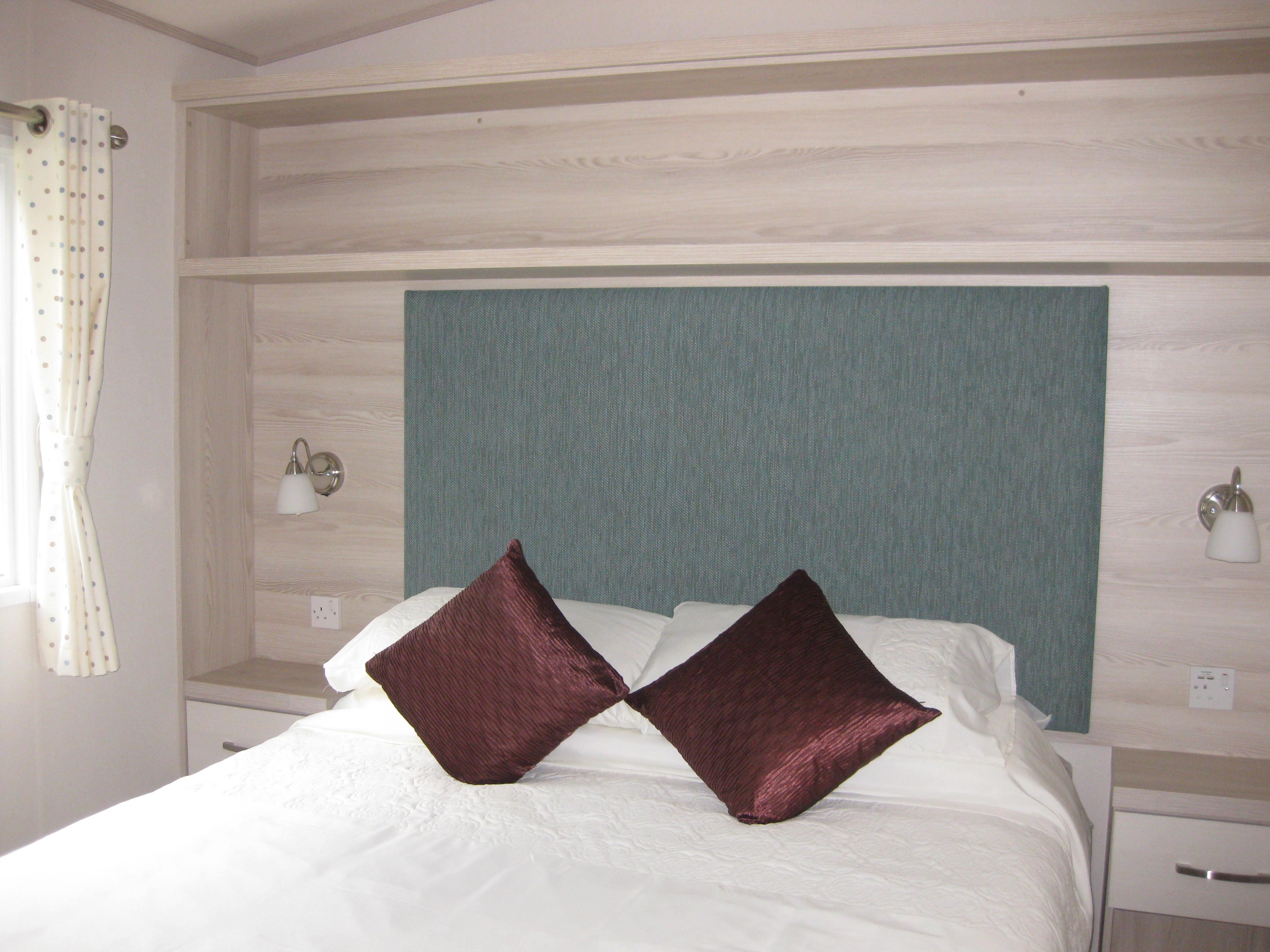 spacious master bedroom+en suite toilet/sink